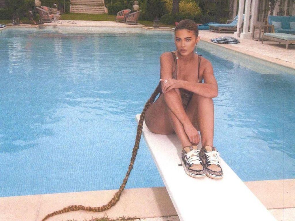 Rambut Kylie Jenner Jadi Sorotan, Saking Panjangnya Dibilang Mirip Ular