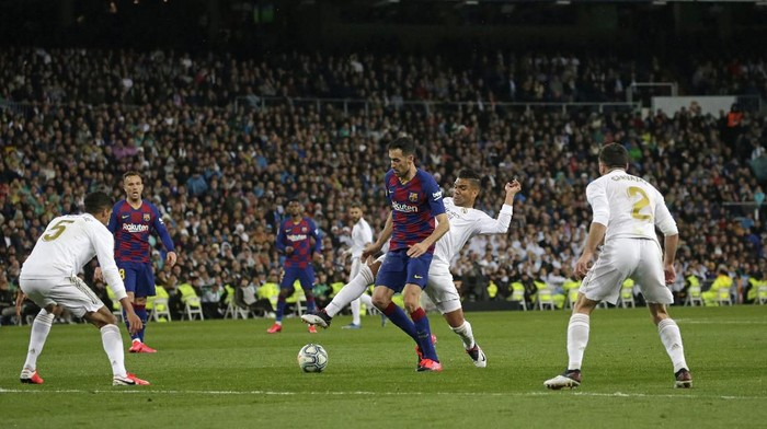 Barcelonas Sergio Busquets, center, during the Spanish La Liga soccer match between Real Madrid and Barcelona at the Santiago Bernabeu stadium in Madrid, Spain, Sunday, March 1, 2020. (AP Photo/Andrea Comas)