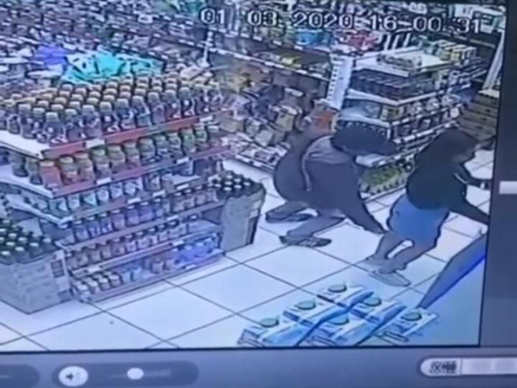 Viral Pria Terekam CCTV Julurkan Kamera ke Bawah Rok Wanita di Bandung