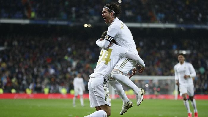 Real Madrids Mariano Diaz, left, celebrates with Sergio Ramos after scoring his sides second goal during the Spanish La Liga soccer match between Real Madrid and Barcelona at the Santiago Bernabeu stadium in Madrid, Spain, Sunday, March 1, 2020. (AP Photo/Manu Fernandez)