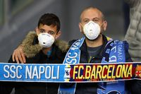 Penonton yang datang ke stadion di Italia sudah memakai masker
