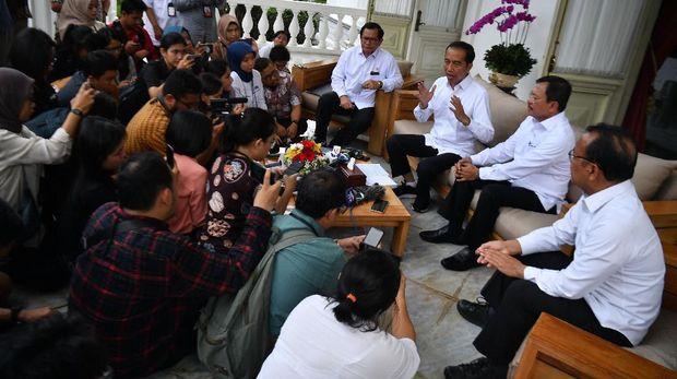 Presiden Joko Widodo (ketiga kanan) didampingi Menteri Kesehatan Terawan Agus Putranto (kedua kanan), Menseskab Pramono Anung (keempat kanan) dan Mensesneg Pratikno (kanan) menyampaikan konferensi pers terkait virus corona di Istana Merdeka, Jakarta, Senin (2/3/2020). Presiden menyatakan 2 orang WNI yaitu seorang ibu dan anak di Indonesia telah positif terkena corona setelah berinteraksi dengan Warga Negara Jepang yang berkunjung ke Indonesia. ANTARA FOTO/Sigid Kurniawan/foc.