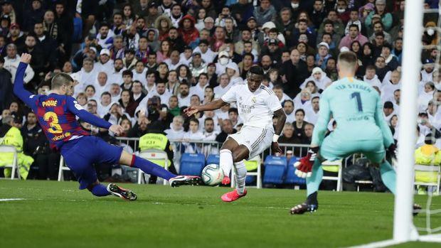 Proses gol Vinicius ke gawang Barcelona.