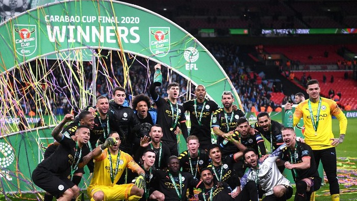 LONDON, ENGLAND - MARCH 01: Players of Manchester City celebrate with the trophy following victory during the Carabao Cup Final between Aston Villa and Manchester City at Wembley Stadium on March 01, 2020 in London, England. (Photo by Laurence Griffiths/Getty Images)
