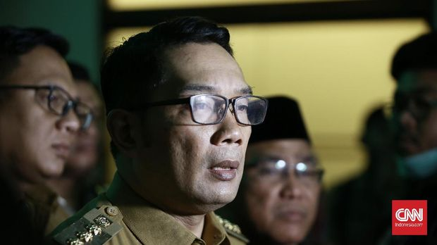 Gubernur Jawa Barat Ridwan Kamil merasa pemerintah pusat perlu memperketat penggunaan KRL guna menekan laju penyebaran virus corona (CNN Indonesia/Andry Novelino)