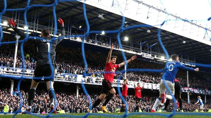 LIVERPOOL, ENGLAND - MARCH 01: David De Gea and Harry Maguire of Manchester United react as Dominic Calvert-Lewin of Everton (out of frame) scores his teams second goal which is disallowed following a VAR review during the Premier League match between Everton FC and Manchester United at Goodison Park on March 01, 2020 in Liverpool, United Kingdom. (Photo by Clive Brunskill/Getty Images)