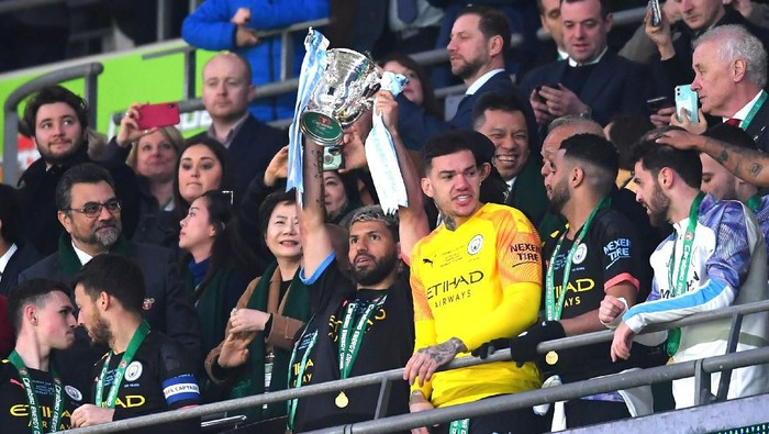 LONDON, ENGLAND - MARCH 01: Sergio Aguero of Manchester City lifts The Carabao Cup trophy following his sides victory during the Carabao Cup Final between Aston Villa and Manchester City at Wembley Stadium on March 01, 2020 in London, England. (Photo by Laurence Griffiths/Getty Images)