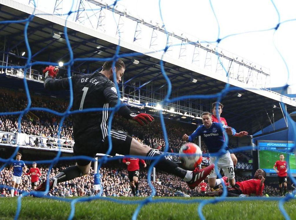 Gol Everton Dianulir, Apa Betul Sigurdsson Mengganggu Pandangan De Gea?