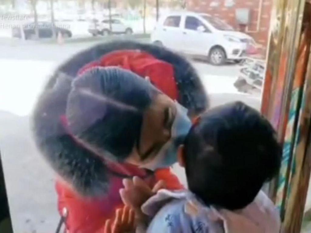 Tangani Virus Corona, Perawat Ini Cium Anaknya dari Balik Kaca