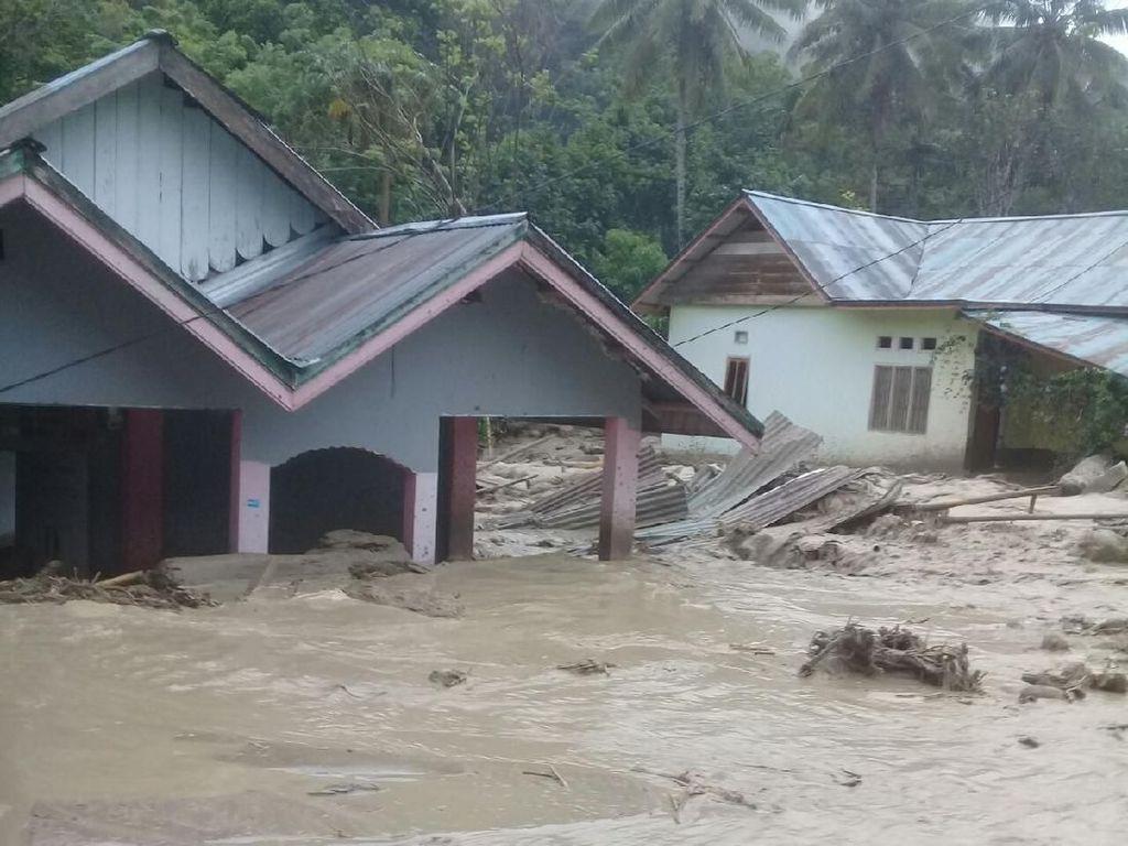 Banjir Bandang di Poso: 72 Rumah Rusak, 900 Jiwa Ngungsi ke Kantor Camat