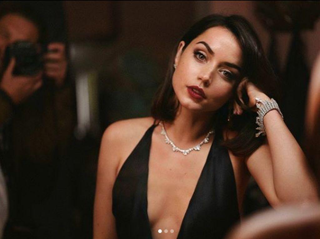 Jadi Sorotan, Bond Girl Ana de Armas Pamer Lekuk Tubuh di The Night Clerk