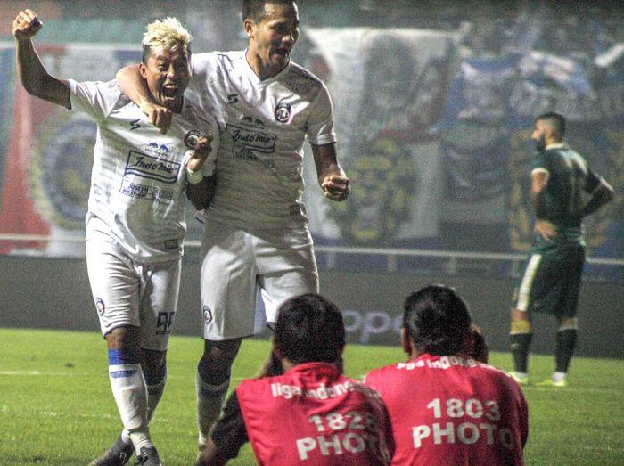 Pesepak bola Arema FC Kushedya Hari Yodo (kiri) melakukan selebrasi dengan rekan setimnya setelah mencetak gol ke gawang Persikabo 1973 dalam lanjutan Liga 1 2020 di Stadion Pakansari, Bogor, Jawa Barat, Senin (2/3/2020). Arema FC menang dengan skor 2-0. ANTARA FOTO/Yulius Satria Wijaya/aww.