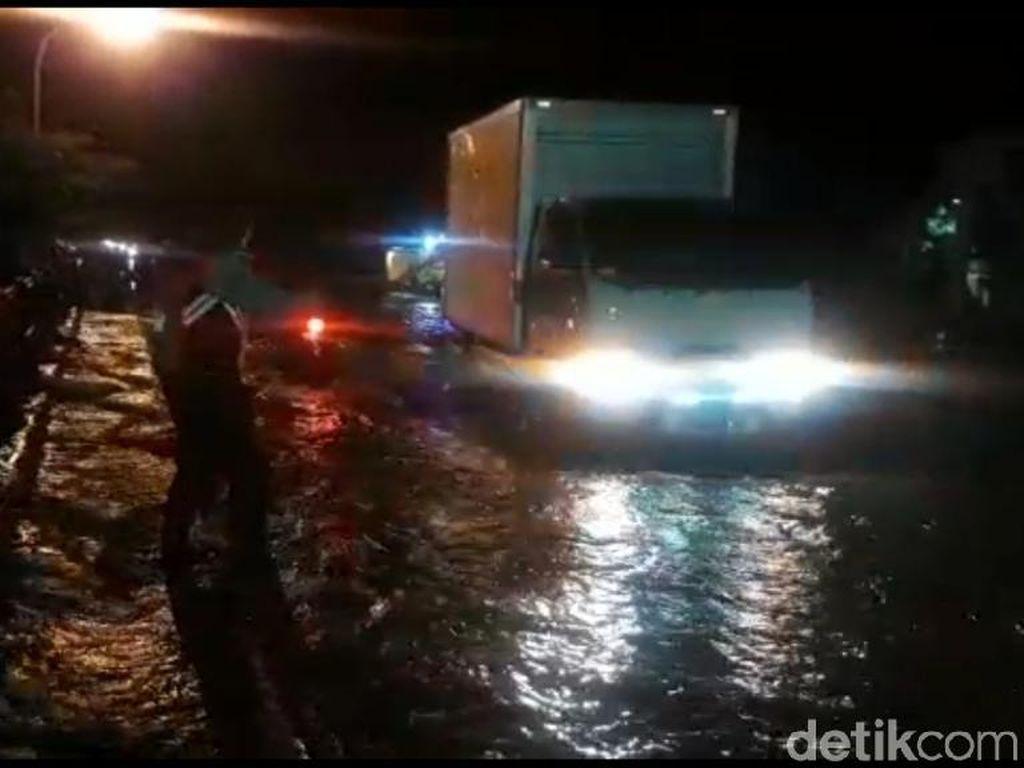 Jalur Pantura di Tambakrejo Pasuruan Ditutup Akibat Banjir