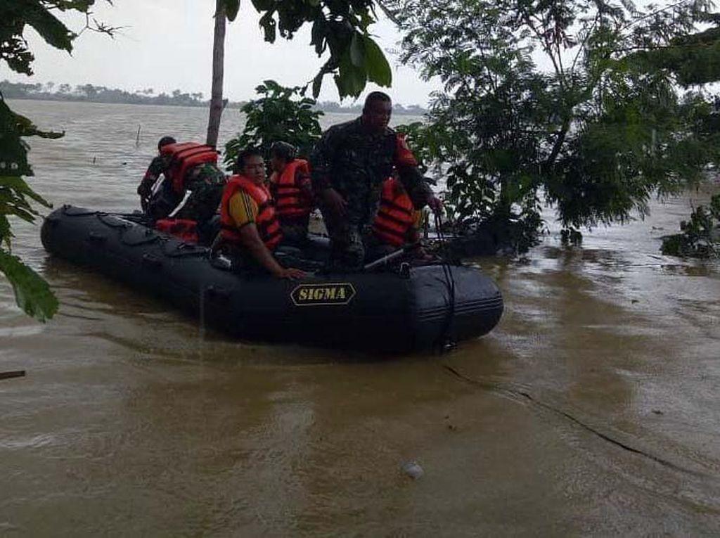 Kostrad Bantu Korban Banjir Karawang