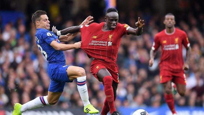 LONDON, ENGLAND - SEPTEMBER 22: Sadio Mane of Liverpool is held back by Cesar Azpilicueta of Chelsea during the Premier League match between Chelsea FC and Liverpool FC at Stamford Bridge on September 22, 2019 in London, United Kingdom. (Photo by Laurence Griffiths/Getty Images)