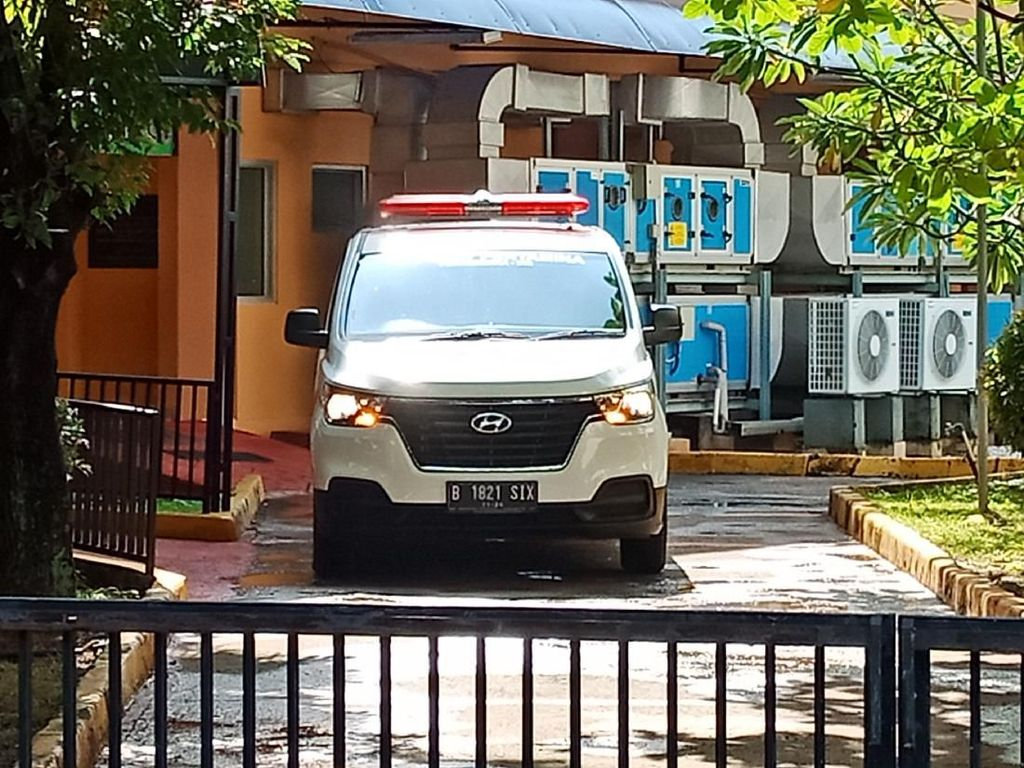 Ambulans RSPP-RS EMC Turunkan Pasien di Gedung Isolasi RSPI Sulianti Saroso