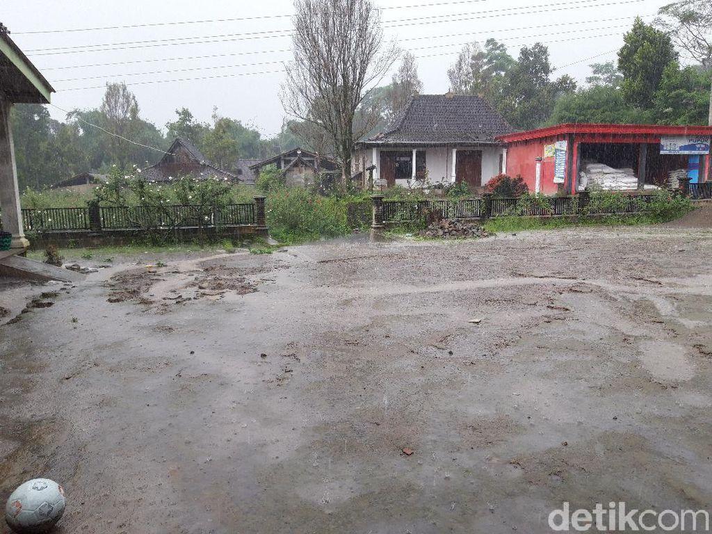 Guyuran Abu Erupsi Gunung Merapi Reda, Disusul Hujan Deras di Boyolali
