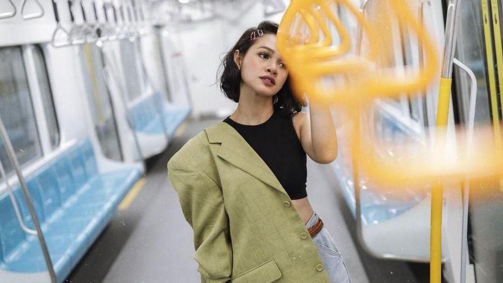 Adu Gaya 13 Artis Indonesia Saat Naik MRT