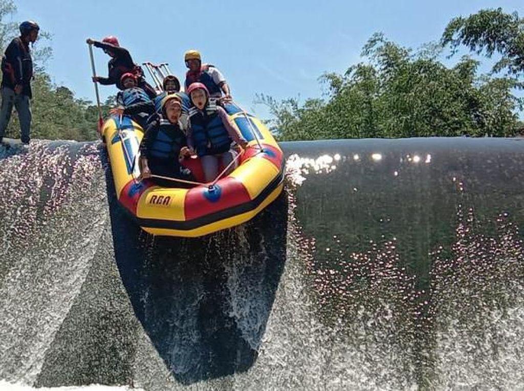 Main Rafting di Sungai Cisadane Bogor, Seru!