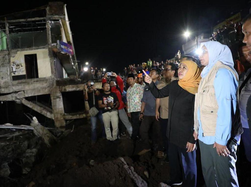 Momen Gubernur Khofifah Tinjau Lokasi Ruko Ambruk di Jember