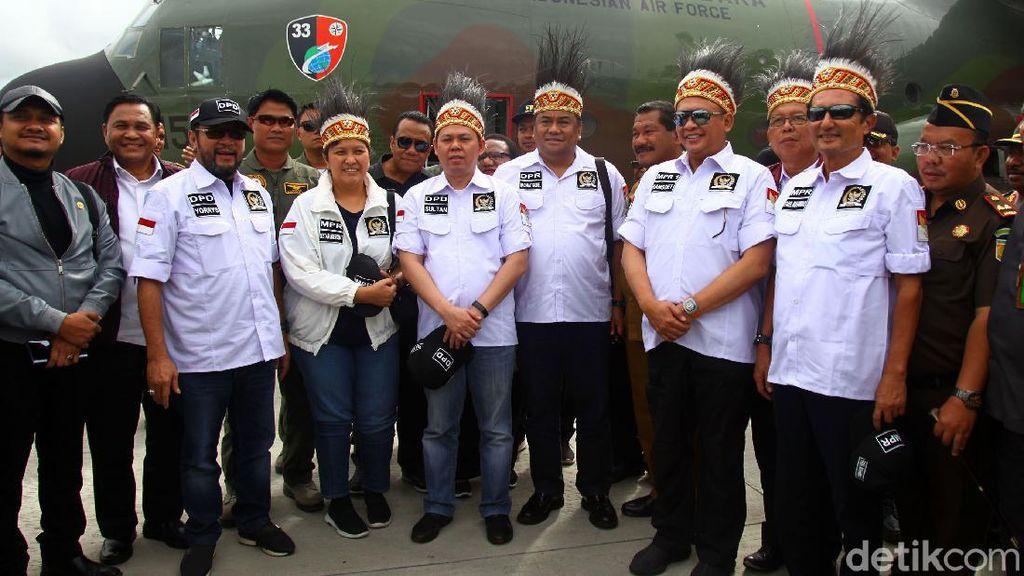 Pakai Ikat Kepala Rumbai, Pimpinan MPR Kunjungi Wamena
