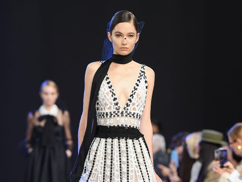 12 Gaun Indah Hitam Putih Elie Saab di Paris Fashion Week 2020