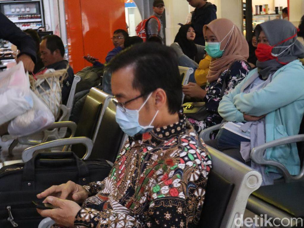 Waspada Penyebaran Corona, Penumpang di Stasiun Bandung Pakai Masker