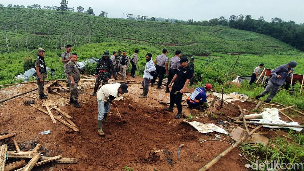 Petugas Gabungan Tutup Lubang Tambang Emas Ilegal di Sukabumi