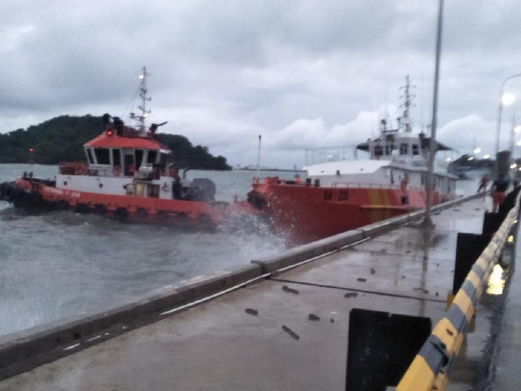 Cuaca Buruk, Kapal Basarnas Terempas Ombak di Merak