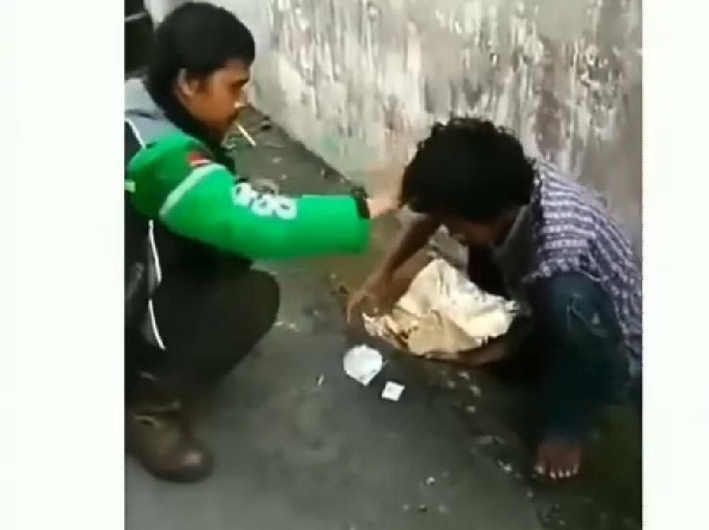 Banjir Pujian! Driver Ojol Beri Makanan Orang Gangguan Jiwa
