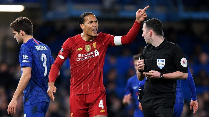 LONDON, ENGLAND - MARCH 03: Virgil van Dijk of Liverpool chats with referee Chris Kavanagh during the FA Cup Fifth Round match between Chelsea FC and Liverpool FC at Stamford Bridge on March 03, 2020 in London, England. (Photo by Shaun Botterill/Getty Images)