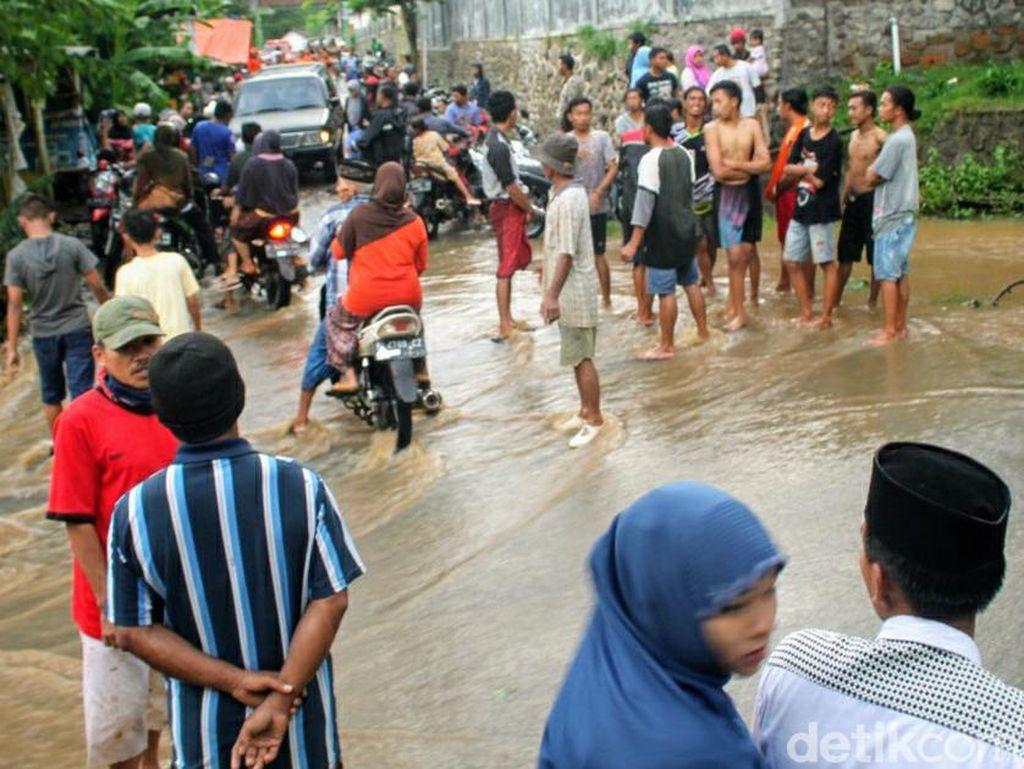 Santriwati di Bondowoso Hanyut Terbawa Arus Sungai yang Terjang Ponpes