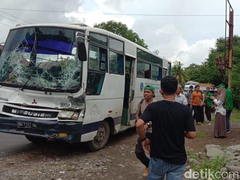 Bus Angkut Puluhan Mahasiswa KKN UIN Makassar Tabrak Truk di Sulsel
