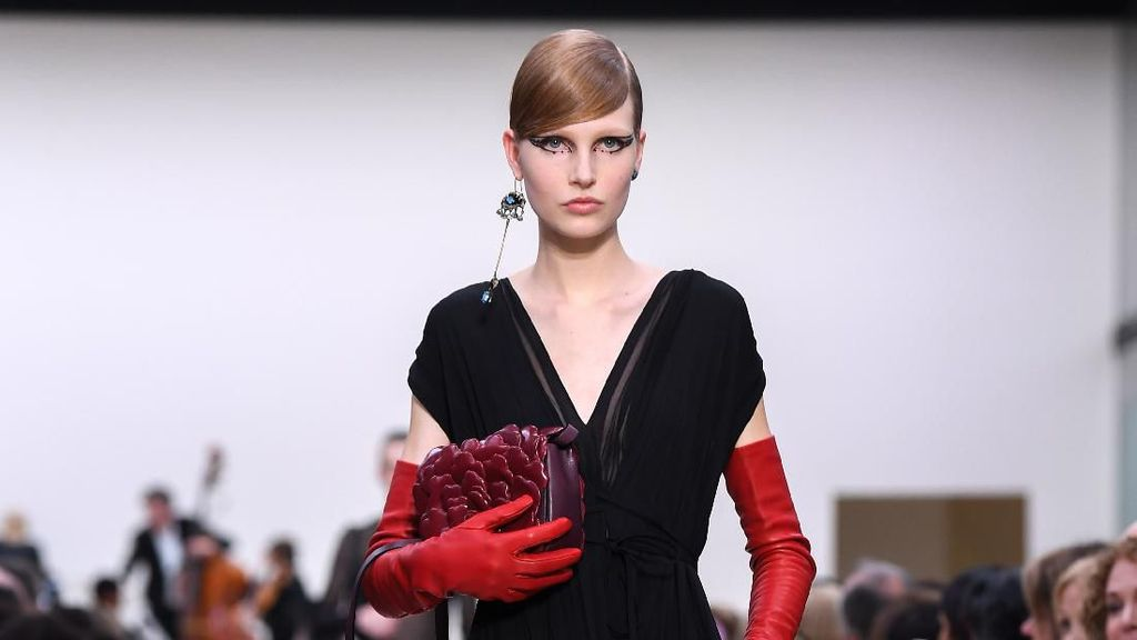 20 Koleksi Busana Warna Hitam Valentino di Paris Fashion Week 2020