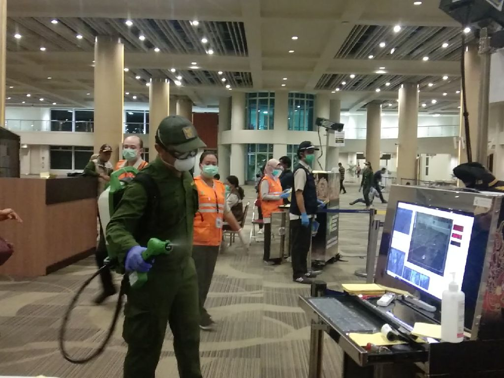 Cegah Corona, Bandara I Gusti Ngurah Rai Bali Semprotkan Disinfektan