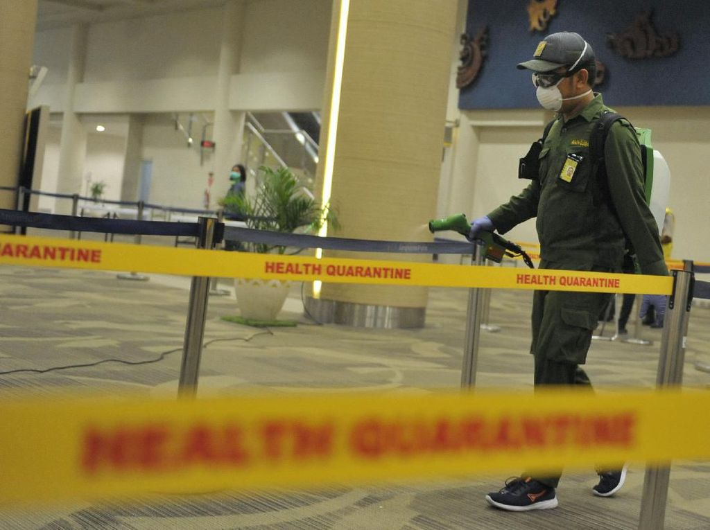 Cegah Corona, Bandara Ngurah Rai Disemprot Disinfektan