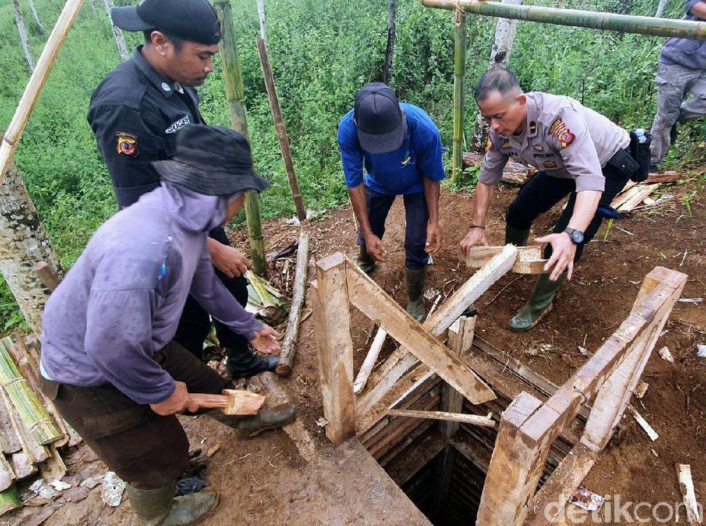 Kelabui Petugas, Penambang Ilegal di Sukabumi Tutup Galian Pakai Papan
