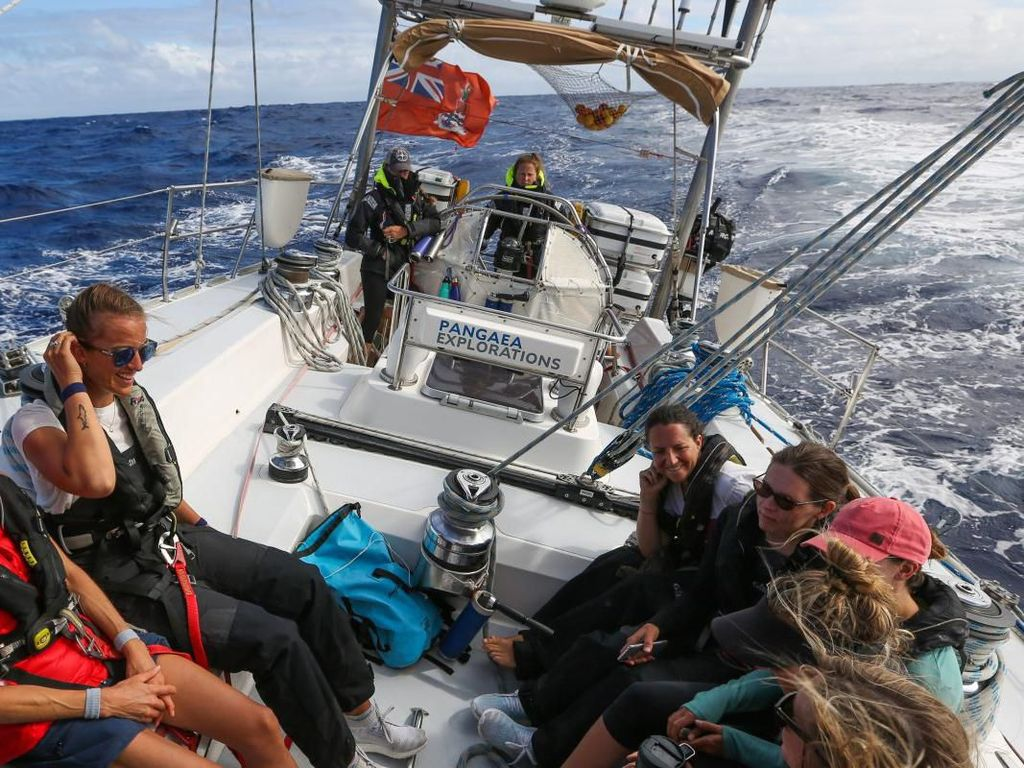 Wanita-wanita Hebat Ini Arungi Lautan Perangi Sampah Plastik