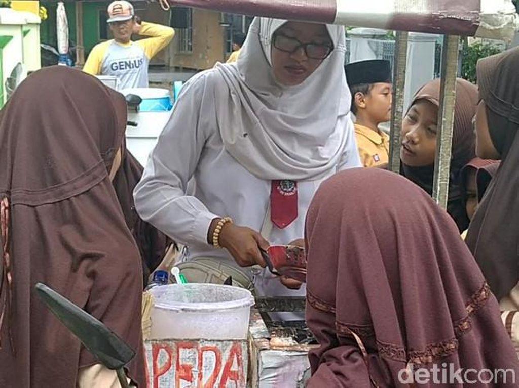 Nyentrik! Ibu Penjual Papeda Keliling di Pekalongan Ini Berseragam SD