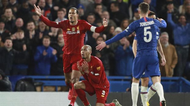 Liverpool's Virgil van Dijk, left, and Liverpool's Fabinho react at the referee Chris Kavanagh during the English FA Cup fifth round soccer match between Chelsea and Liverpool at Stamford Bridge stadium in London Tuesday, March 3, 2020. (AP Photo/Ian Walton)