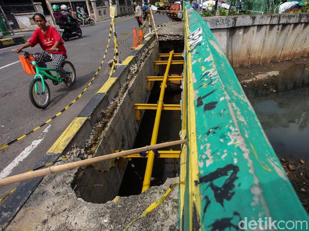 Duh! Trotoar di Jembatan Petojo Bolong