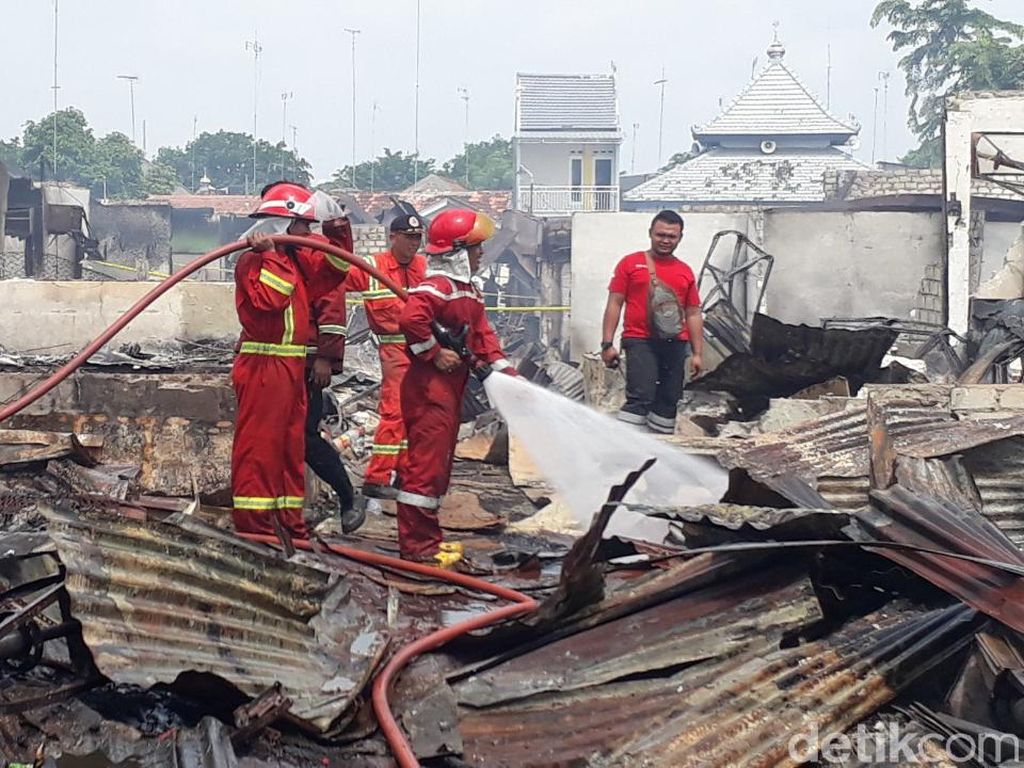 Kebakaran Pasar Tuban Padam, PMK Terus Lakukan Pembasahan