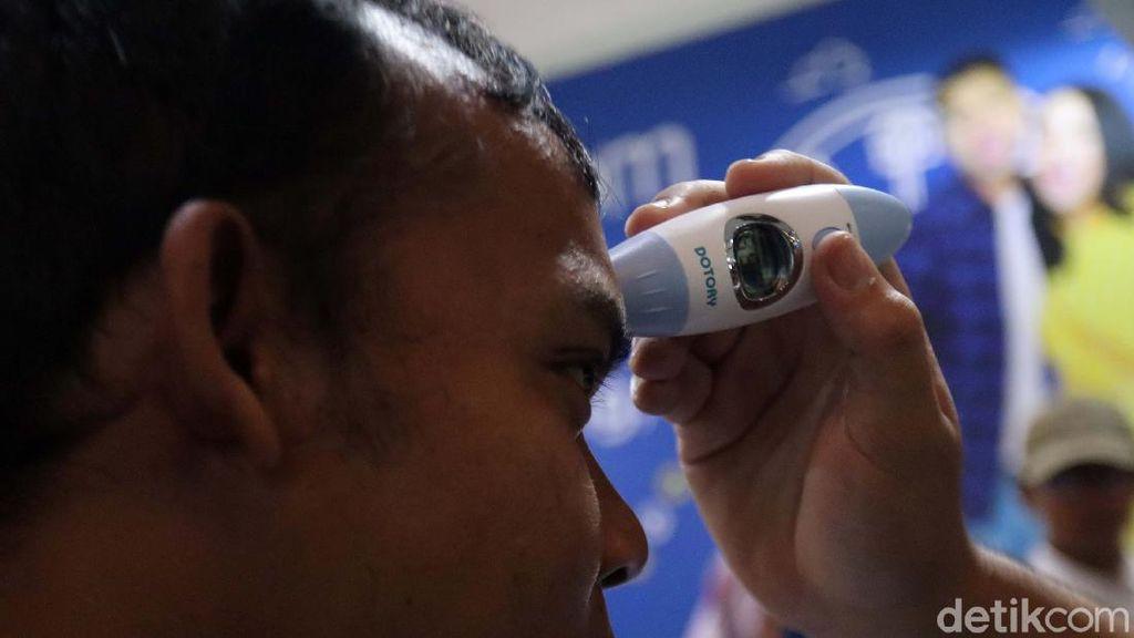Diperiksa Suhu Tubuhnya, Penumpang di Stasiun Bandung Bebas Corona