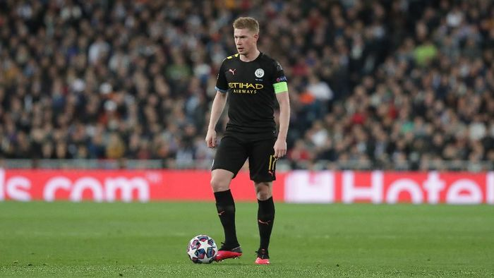 MADRID, SPAIN - FEBRUARY 26: Kevin De Bruyne of Manchester City FC controls the ball during the UEFA Champions League round of 16 first leg match between Real Madrid and Manchester City at Bernabeu on February 26, 2020 in Madrid, Spain. (Photo by Gonzalo Arroyo Moreno/Getty Images)