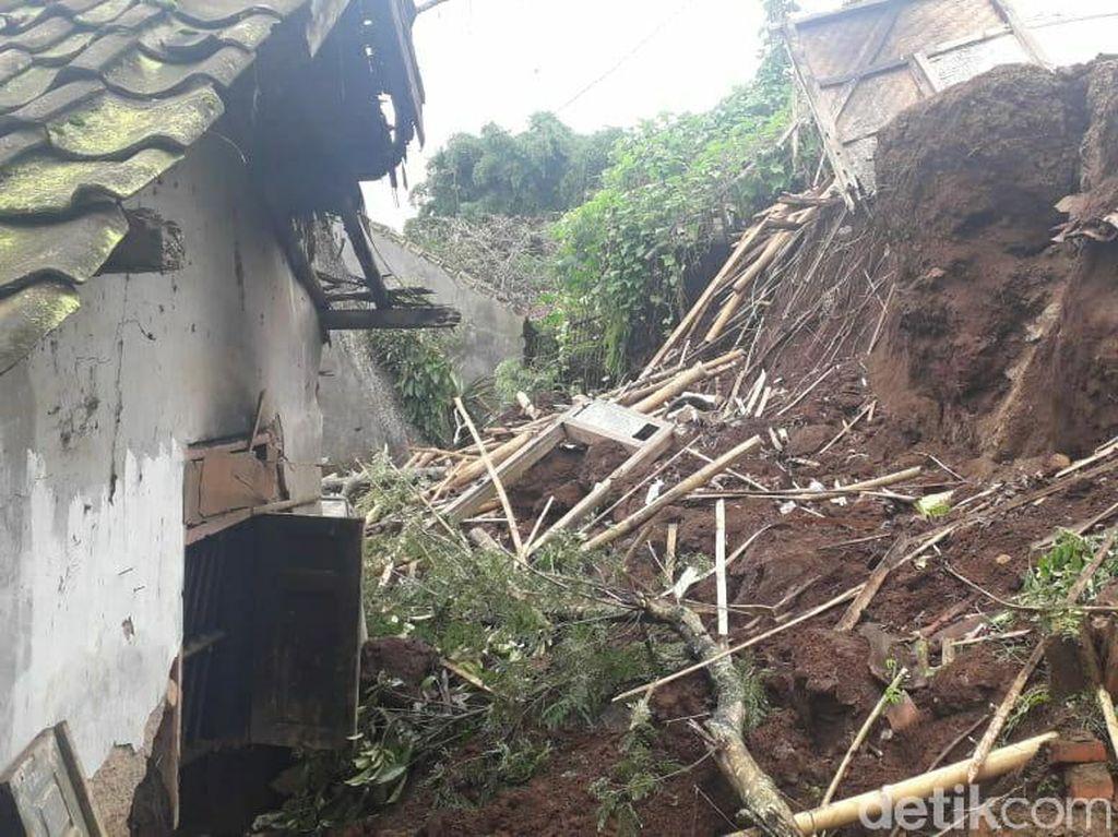 Longsor Tebing Timpa 2 Rumah di Garut, Penghuni Mengungsi
