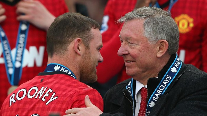 MANCHESTER, ENGLAND - MAY 12:  Manchester United Manager Sir Alex Ferguson congratulates Wayne Rooney following the Barclays Premier League match between Manchester United and Swansea City at Old Trafford on May 12, 2013 in Manchester, England.  (Photo by Alex Livesey/Getty Images)