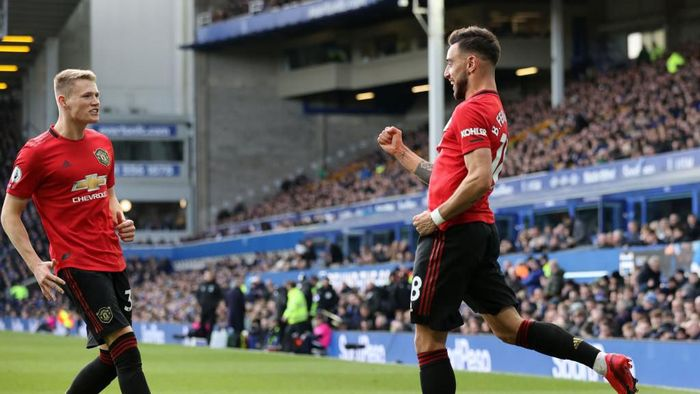 LIVERPOOL, ENGLAND - MARCH 01:  Bruno Fernandes of Manchester United celebrates with teammate Scott McTominay after scoring his teams first goal during the Premier League match between Everton FC and Manchester United at Goodison Park on March 01, 2020 in Liverpool, United Kingdom. (Photo by Clive Brunskill/Getty Images)