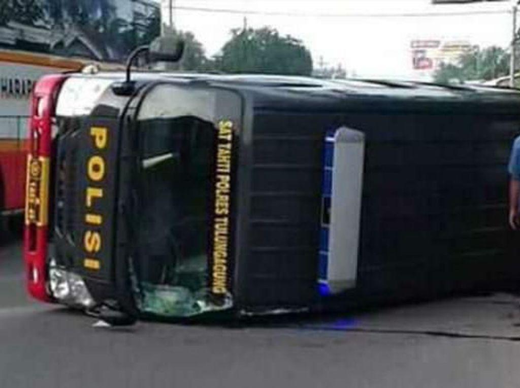Mobil Pengangkut 10 Napi Terguling di Tulungagung
