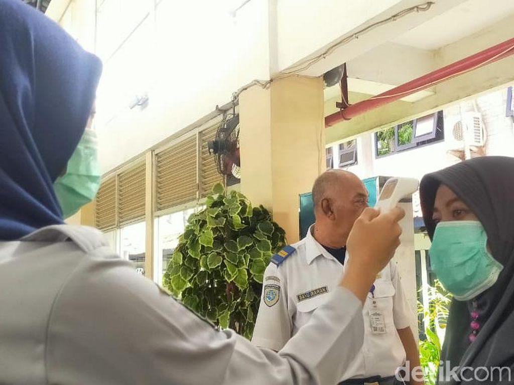 Penumpang di Terminal Purabaya Bungurasih Diperiksa Suhu Tubuhnya