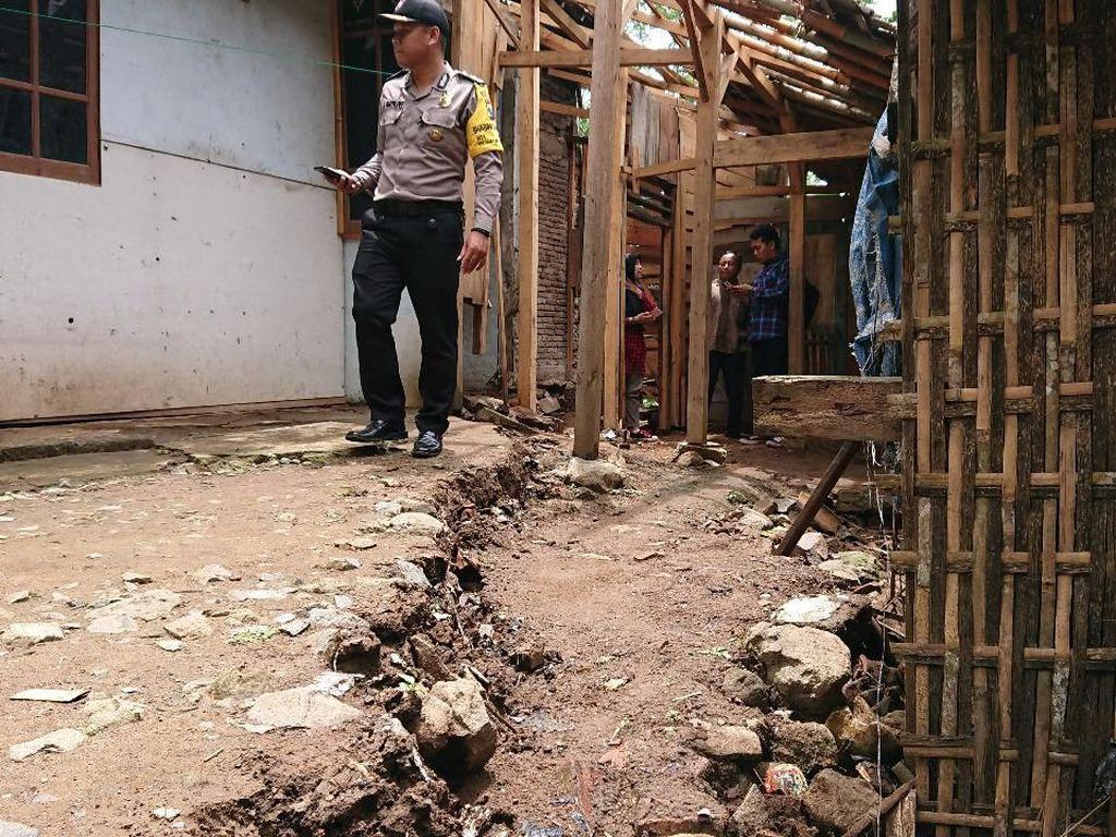 Tanah Gerak Merusak Rumah, Warga Trenggalek Mengungsi